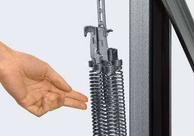 Multifjeder sikrer fingrene ved fjederåbning af garageporten som vippeport